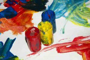 Kleurige voorstelling van potten met verf bij tekenen en zo.